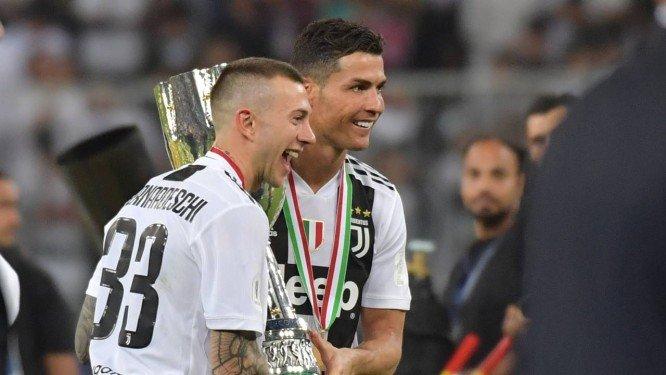 Cristiano Ronaldo faturou nesta quarta-feira seu primeiro título com a  camisa da Juventus. E e1ea44fb60b47