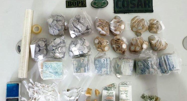 Drogas e dinheiro apreendidos com os suspeitos