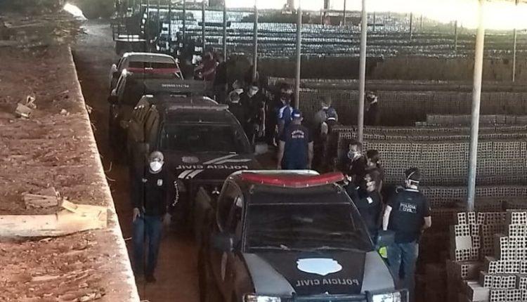 Policiais civis participaram a ação