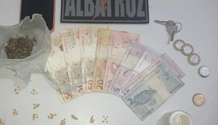 Dinheiro e cabeças de crack pronta para comercialização