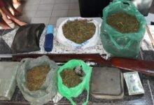 Drogas, documentos das vítimas e armas de fogo (Foto divulgação )