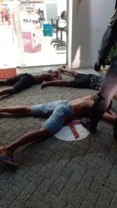 Policiais à paisana renderam assaltantes
